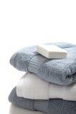 空白蓝色肥皂的毛巾 免版税库存图片