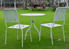 空白表和椅子在草坪 库存图片