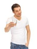 空白衬衣的人与杯水 图库摄影