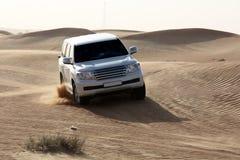 空白豪华汽车在沙子 免版税库存图片