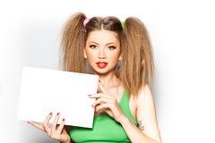 空白逗人喜爱的女孩藏品查出的纸白色 免版税库存照片