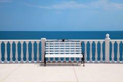 空白长凳、楼梯栏杆和海运 库存图片