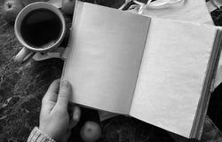 空白页打开了在桌上的葡萄酒书 库存照片