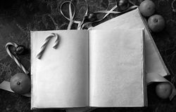 空白页打开了在桌上的葡萄酒书 库存图片