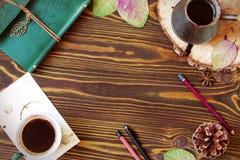 空的与包括牛奶店, cofee, Ñ  ezve,锥体,秋叶,笔的框架的秋天木背景 铅笔 顶视图 图库摄影