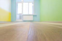 空的与颜色墙壁的孩子室内部背景,浅景深 库存照片