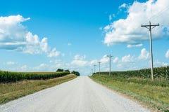 空的乡下公路在玉米国家 免版税库存照片