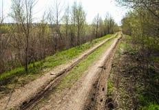 空的乡下路通过领域用麦子 免版税库存图片