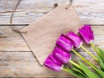 空的便条纸和郁金香花 免版税库存照片