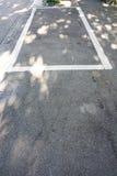 空的停车位在有阴影的城市 免版税库存图片