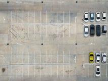 空的停车场在超级市场,鸟瞰图 免版税库存照片