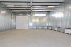 空的停车库,储藏与里面大白色门和窗口的内部 库存图片