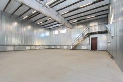 空的停车库,储藏与里面大白色门和窗口的内部 库存照片