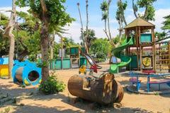 空的儿童操场在城市公园 Vada,意大利 免版税库存照片