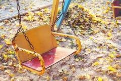 空的儿童` s摇摆在秋天站点 库存照片