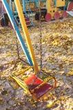 空的儿童` s摇摆在秋天站点 库存图片