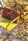 空的儿童` s摇摆在秋天站点 免版税库存图片