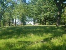空的公园长椅和风景 免版税库存照片