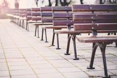 空的公园长椅在一个露天阶段前面荡桨 保加利亚, Bourgas,海庭院 免版税库存图片