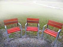 空的公园banches和位子在11月 免版税库存照片