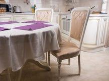 空的典雅的表和椅子在厨房里 库存图片