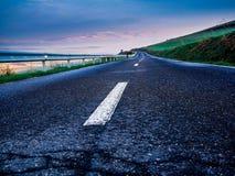 空的农村柏油路一冷的春天清早 免版税库存照片
