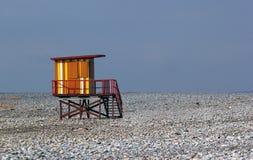 空的冬天海滩的五颜六色的救生员房子 免版税库存照片