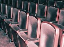 空的剧院椅子,减速火箭的观众席 免版税库存照片