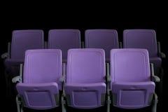 空的剧院观众席或戏院与紫色位子 免版税库存照片