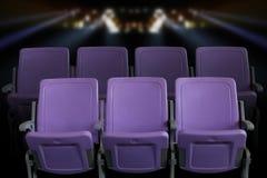 空的剧院观众席或戏院与紫色位子 免版税图库摄影
