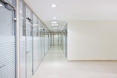 空的办公室走廊 免版税库存照片