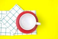 空的加奶咖啡或茶杯顶视图有红色盘和towe的 库存照片