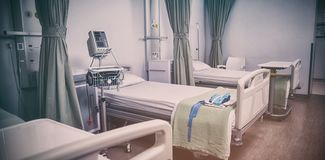 空的医院病床在医院 图库摄影