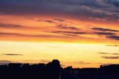空的升起在地平线的柏油路和太阳 在路的五颜六色的日落 最低纲领派样式设计 背景蓝色云彩调遣草绿色本质天空空白小束 图库摄影