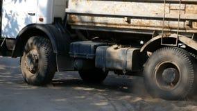 空的卡车离开工地工作 股票视频