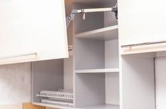 空的厨柜线在被更新的厨房的 库存照片