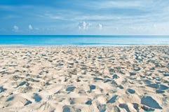 空的古巴海滩早晨 免版税库存图片