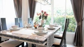 空的吃饭的客人桌和玻璃准备好在晚上 股票录像