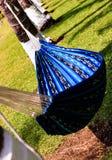 空的吊床在放松的庭院里垂悬在夏天 免版税库存图片