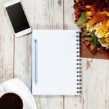 空的名单、电话和coffe计划的 免版税库存照片