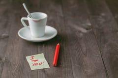 空的咖啡与唇膏踪影的在桌上的 免版税库存图片