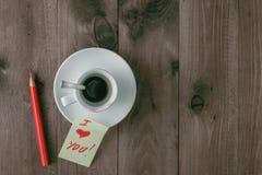 空的咖啡与唇膏踪影的在桌上的 库存图片