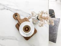 空的咖啡与干燥花的 库存图片
