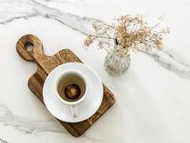 空的咖啡与干燥花的 免版税库存图片