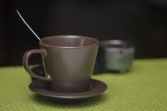 空的咖啡杯准备好新鲜的咖啡 库存图片