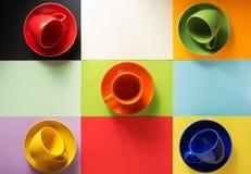 空的咖啡杯和板材在抽象背景 免版税库存照片