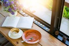 空的咖啡杯和空的板材在饮料咖啡和蛋糕机智以后 库存照片