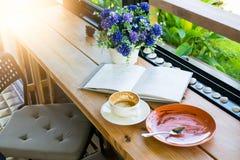 空的咖啡杯和空的板材在饮料咖啡和蛋糕机智以后 库存图片