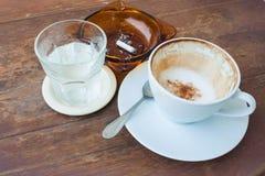 空的咖啡杯水饮料和烟灰缸 库存照片