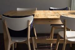 空的咖啡馆咖啡店、木椅子和桌与pillo 免版税图库摄影